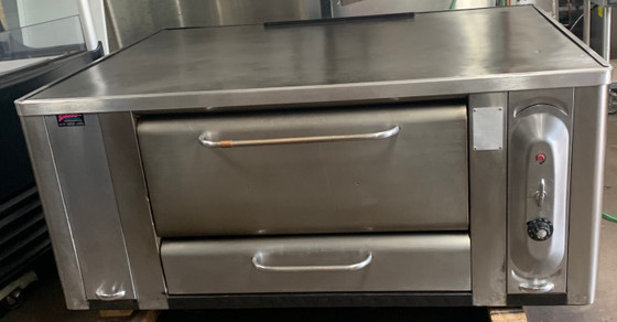 """BLODGETT MODEL 1000 PIZZA OVEN, STONE DECK.  120,000 BTU, DOUBLE BURNER.  60"""" X 46 1/2"""" OVERALL DIMENSION.  DECK SIZE 47 1/4 X 37"""" X 10""""HIGH. NATURAL GAS.  CAN BE CONVERTED TO LP FOR ADDITIONAL FEE."""